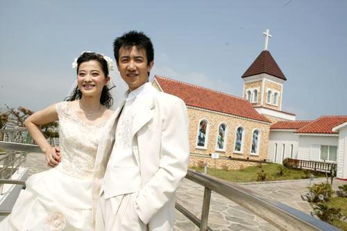 2005年9月赴韩国济州岛拍摄的甜蜜婚纱照曝光.