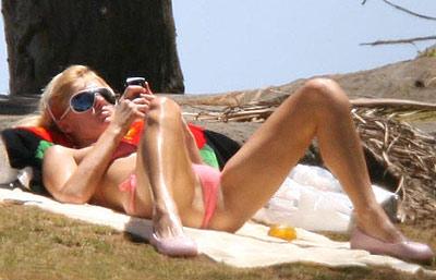 com 希尔顿穿比基尼享受日光浴