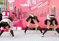 CCTV.com-黑涩会美眉出席内衣秀 女演员跳热