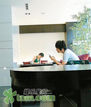 西安男同性服务生_CCTV.com-炎亚纶与男服务员关系暧昧 被揭经常陪伴左右