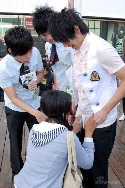 -棒棒堂台湾裤子阿纬粉丝王俊凯的女生照片撑裂小图片