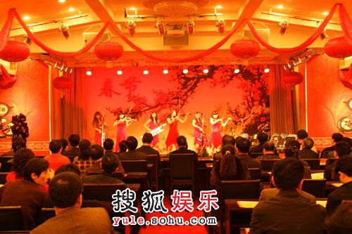 王宝强美丽音符现身中央政法委联欢活动(附图