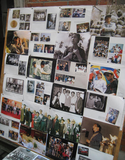 展板上贴满了珍贵的老照片和电影剧照.