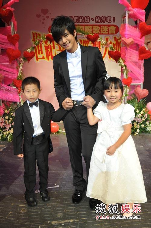 志祥上海操办世纪婚礼 与5岁小女娃当众接吻