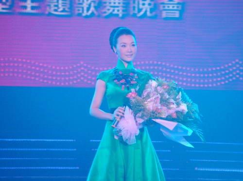 著名歌唱家吕薇南京牡丹高歌《绣激情》(图)胸罩情趣碎花图片