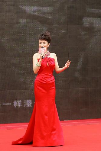 汤灿亮相国庆60周年献礼活动 率领学子大合唱